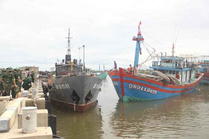 Cận cảnh lai dắt tàu cá cùng 14 thuyền viên gặp nạn trên biển - Ảnh 6.