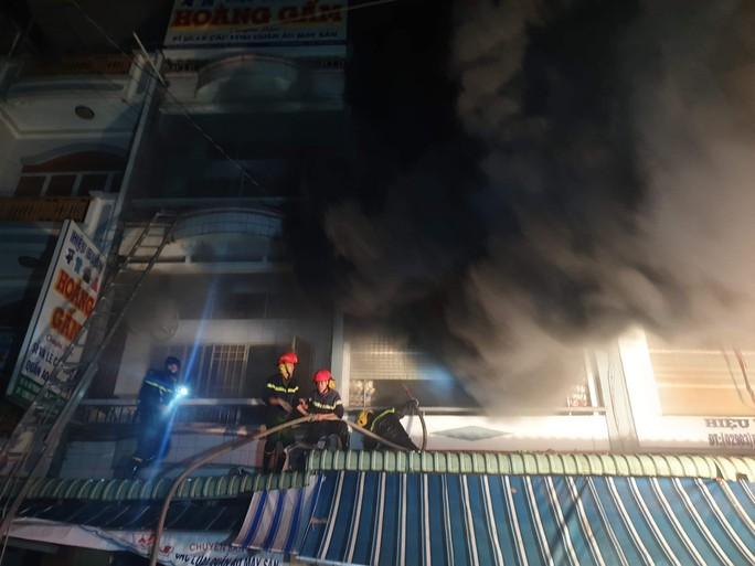 Diễn biến mới vụ lửa bao trùm căn nhà, nhiều người nhảy từ tầng 3 xuống đất - Ảnh 3.
