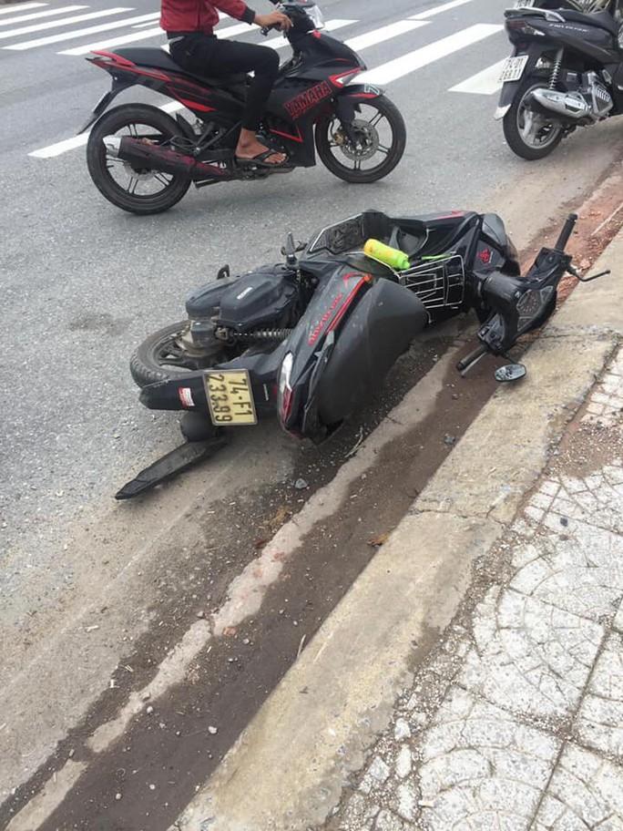 Xe máy tự gây tai nạn, 2 người chết, 1 người bị thương - Ảnh 1.