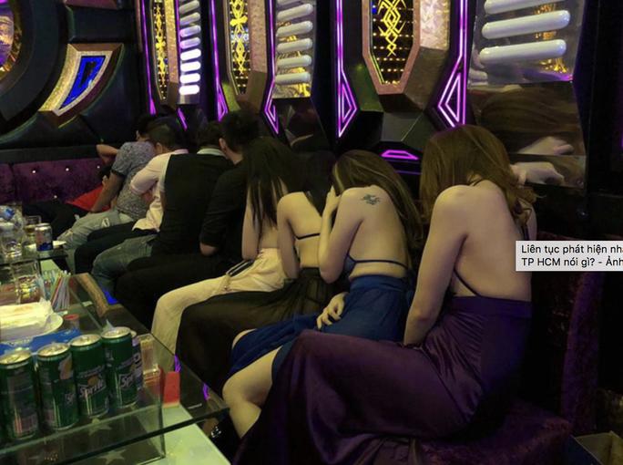 Yêu cầu nhân viên quán karaoke đeo thẻ có ngăn được thác loạn? - Ảnh 1.