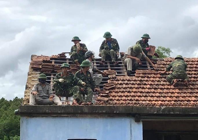 Hà Tĩnh khẩn trương giúp đỡ 41 hộ dân bị sập, tốc mái nhà do lốc xoáy - Ảnh 2.