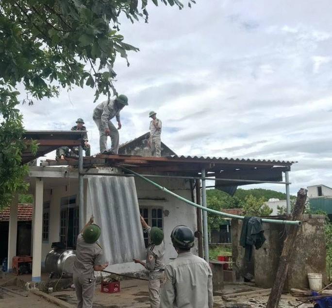 Hà Tĩnh khẩn trương giúp đỡ 41 hộ dân bị sập, tốc mái nhà do lốc xoáy - Ảnh 3.