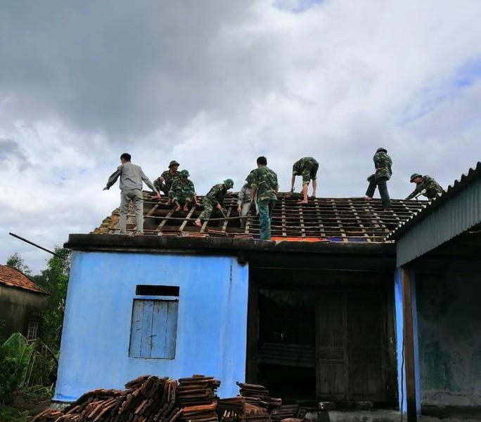 Hà Tĩnh khẩn trương giúp đỡ 41 hộ dân bị sập, tốc mái nhà do lốc xoáy - Ảnh 5.