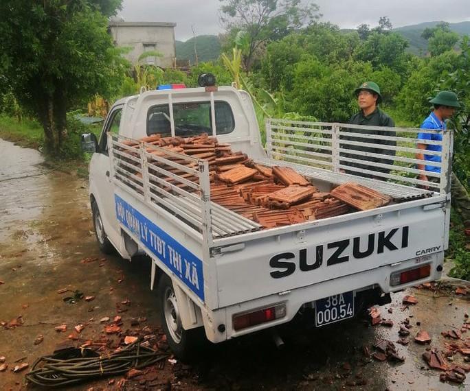 Hà Tĩnh khẩn trương giúp đỡ 41 hộ dân bị sập, tốc mái nhà do lốc xoáy - Ảnh 4.