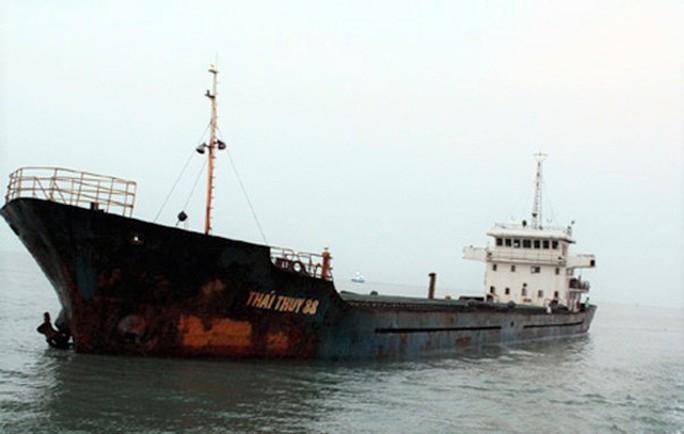 10 thuyền viên được cứu sau một ngày đêm trôi dạt trên biển  - Ảnh 1.