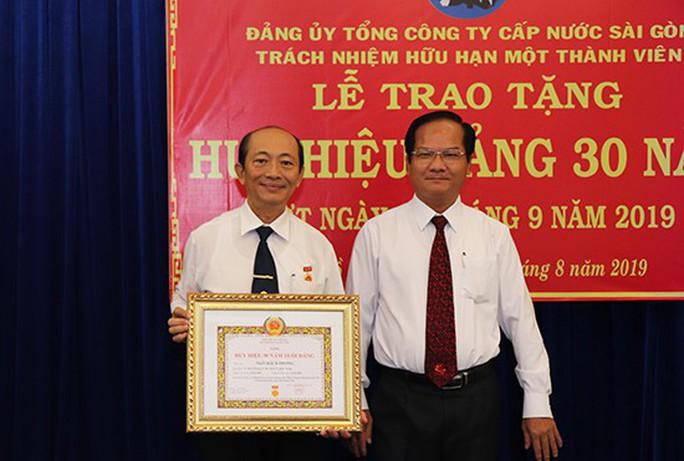 Sawaco trao Huy hiệu 30 năm tuổi Đảng - Ảnh 2.