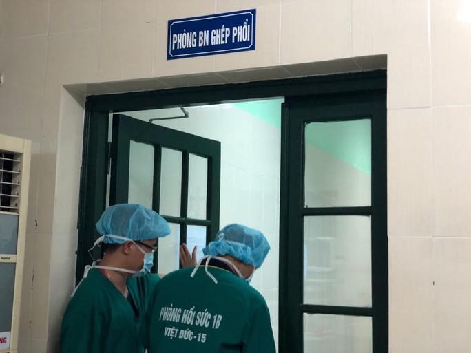 Cuộc sống trong lồng kính của thiếu niên 17 tuổi nặng 30 kg được ghép phổi với chi phí 5 tỉ đồng - Ảnh 4.