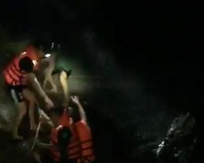 3 giờ giải cứu 4 người mắc kẹt giữa sông trong đêm do lũ dữ - Ảnh 1.