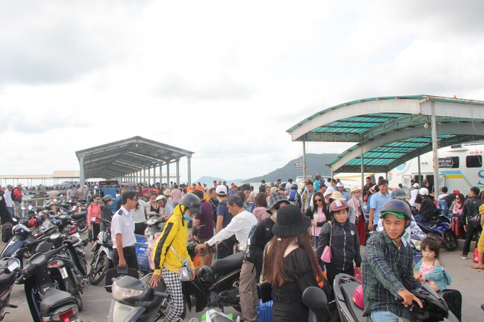 Tàu cao tốc hoạt động trở lại, người dân Phú Quốc vui mừng - Ảnh 1.