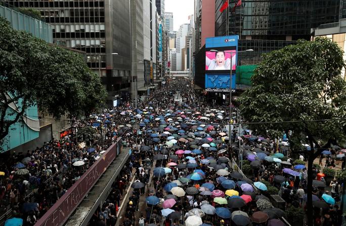 Hồng Kông siết chặt an ninh, người biểu tình thách thức cảnh sát - Ảnh 1.
