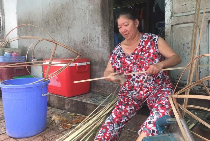 Người phụ nữ làm lồng đèn khiến khách mua quay lưng với hàng Trung Quốc - Ảnh 1.