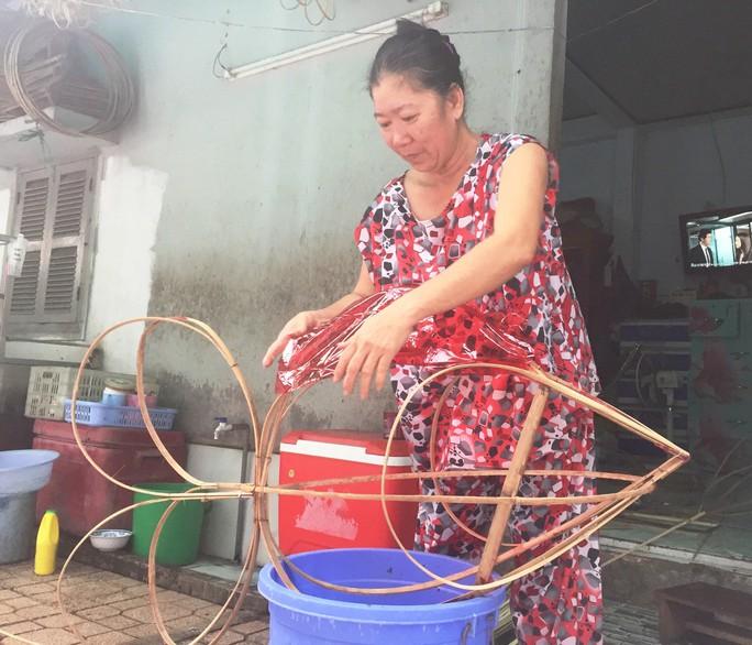 Người phụ nữ làm lồng đèn khiến khách mua quay lưng với hàng Trung Quốc - Ảnh 2.
