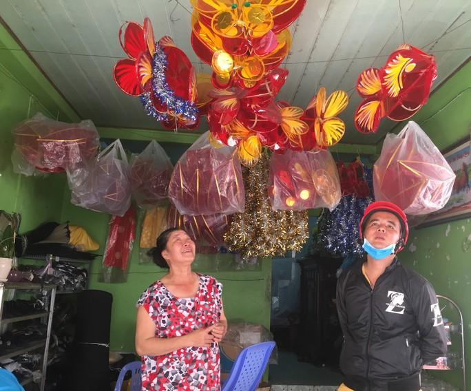Người phụ nữ làm lồng đèn khiến khách mua quay lưng với hàng Trung Quốc - Ảnh 3.