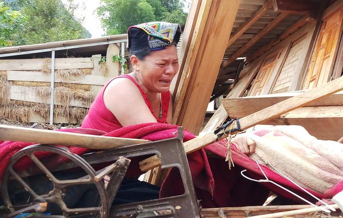 Cận cảnh bản làng tan hoang nơi 17 người bị lũ dữ cuốn trôi, 12 người mất tích - Ảnh 6.