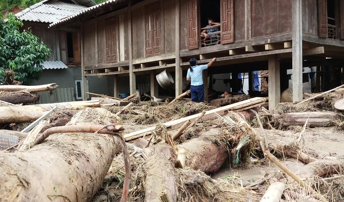 Cận cảnh bản làng tan hoang nơi 17 người bị lũ dữ cuốn trôi, 12 người mất tích - Ảnh 9.