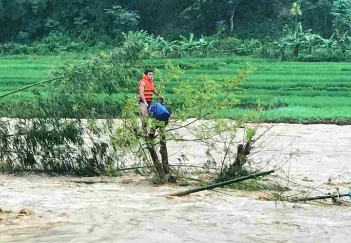 Nam thanh niên nhảy xuống cứu người đàn ông ôm cây giữa dòng nước lũ suốt 10 giờ - Ảnh 3.