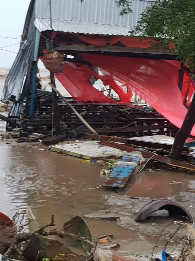 Hàng loạt nhà dân bị nước biển xóa sổ sau bão số 3 - Ảnh 4.