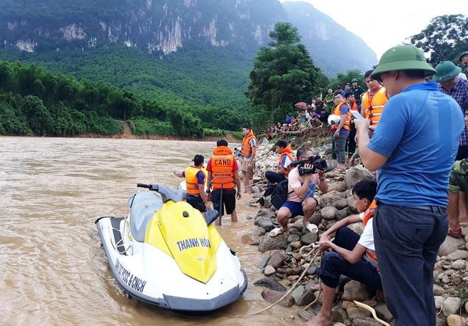Cận cảnh bản làng tan hoang nơi 17 người bị lũ dữ cuốn trôi, 12 người mất tích - Ảnh 11.