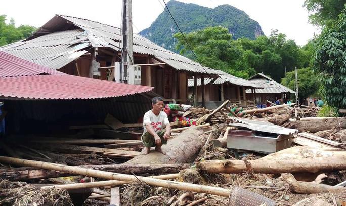 Cận cảnh bản làng tan hoang nơi 17 người bị lũ dữ cuốn trôi, 12 người mất tích - Ảnh 4.