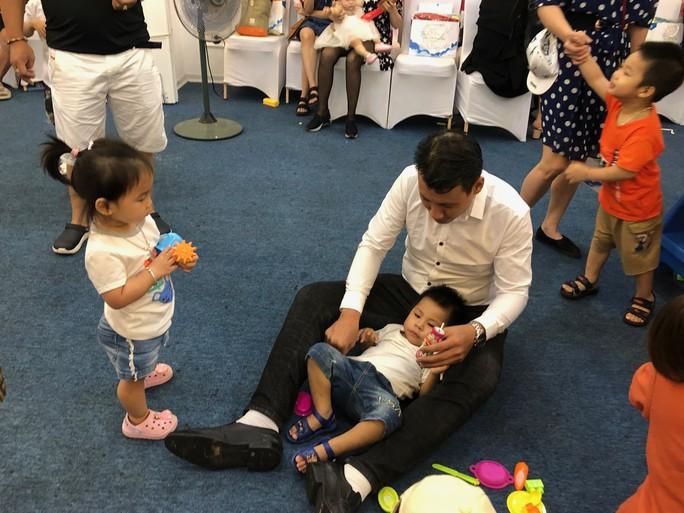 Vợ chồng nữ bác sĩ hiếm muộn U70 hạnh phúc chăm hai con gái sinh đôi - Ảnh 9.