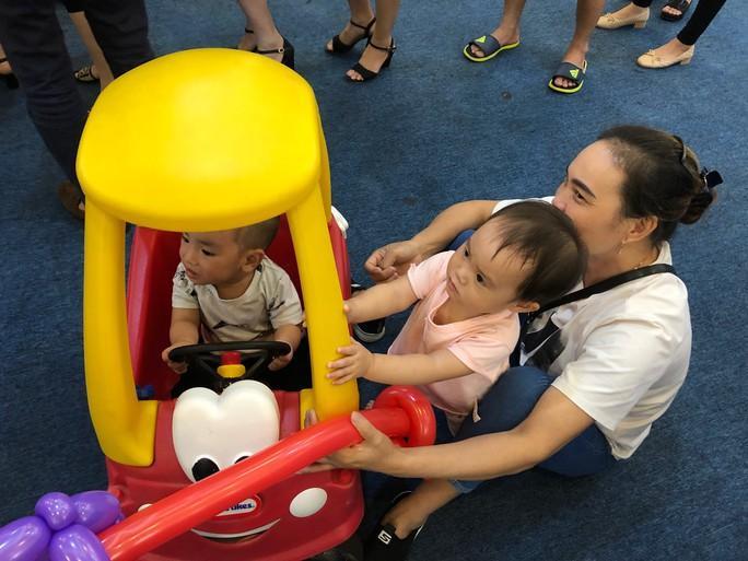 Vợ chồng nữ bác sĩ hiếm muộn U70 hạnh phúc chăm hai con gái sinh đôi - Ảnh 11.