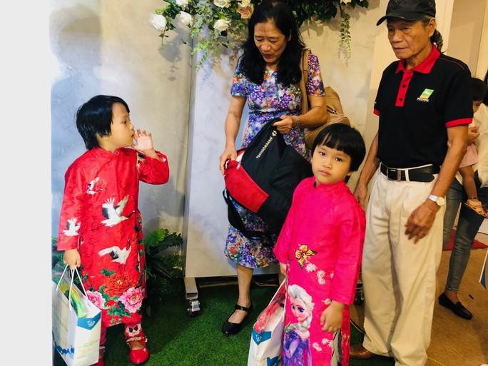 Vợ chồng nữ bác sĩ hiếm muộn U70 hạnh phúc chăm hai con gái sinh đôi - Ảnh 3.