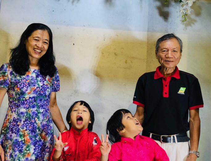 Vợ chồng nữ bác sĩ hiếm muộn U70 hạnh phúc chăm hai con gái sinh đôi - Ảnh 1.