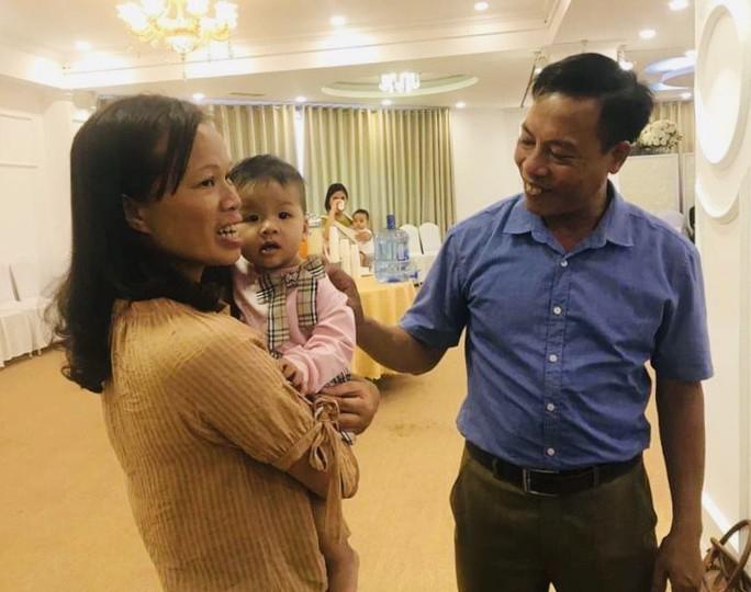 Vợ chồng nữ bác sĩ hiếm muộn U70 hạnh phúc chăm hai con gái sinh đôi - Ảnh 12.