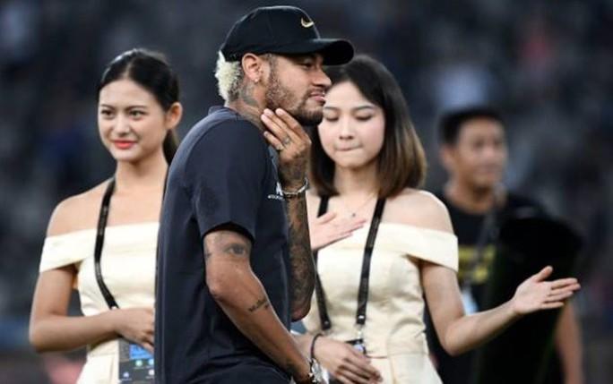 Neymar bị đồng đội tẩy chay ở lễ nhận Siêu cúp Pháp - Ảnh 4.