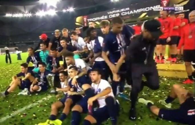 Neymar bị đồng đội tẩy chay ở lễ nhận Siêu cúp Pháp - Ảnh 6.