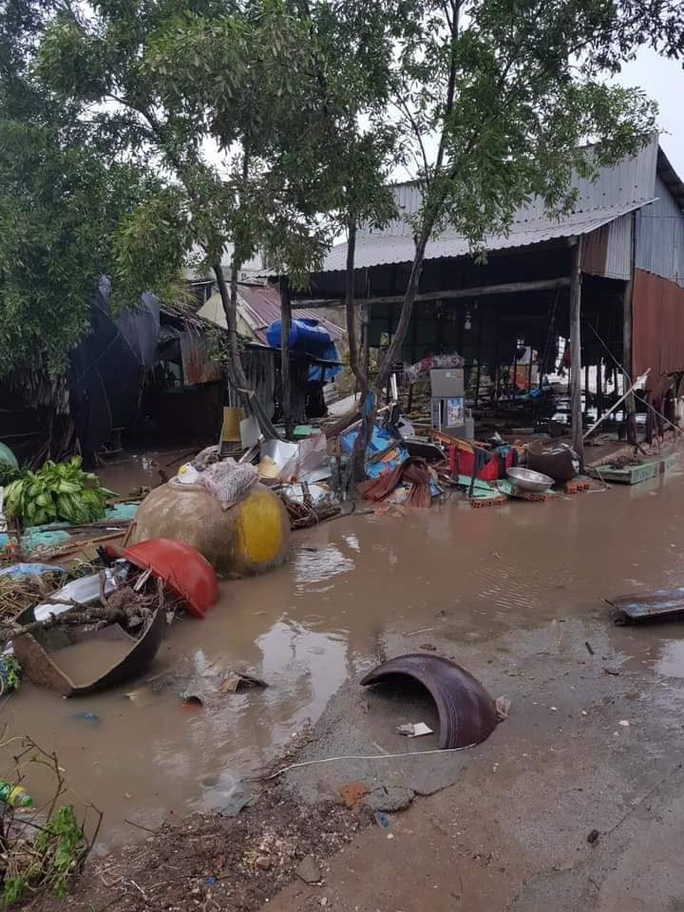 Hàng loạt nhà dân bị nước biển xóa sổ sau bão số 3 - Ảnh 5.