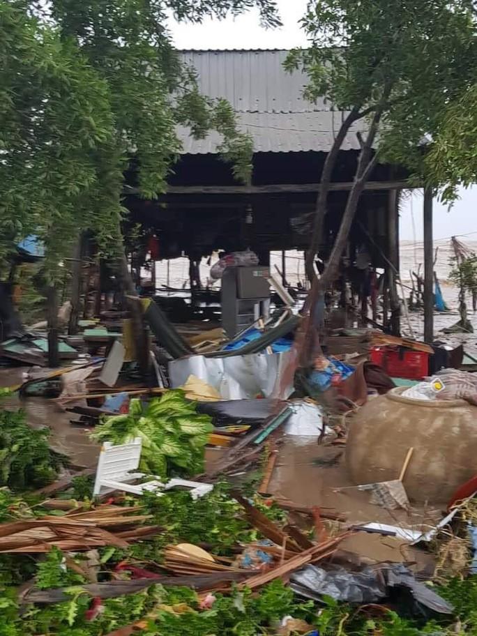 Hàng loạt nhà dân bị nước biển xóa sổ sau bão số 3 - Ảnh 6.