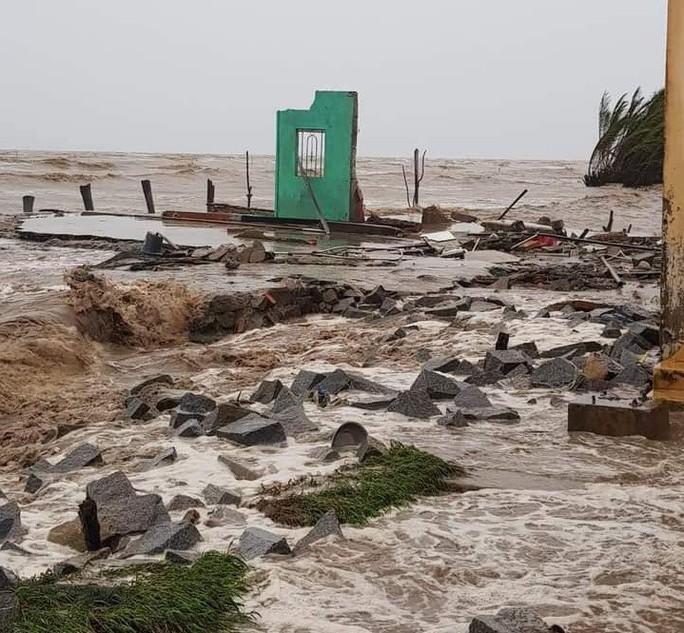 Hàng loạt nhà dân bị nước biển xóa sổ sau bão số 3 - Ảnh 1.