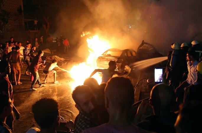 Tông xe ngoài đường làm cháy bệnh viện, 19 người thiệt mạng - Ảnh 1.