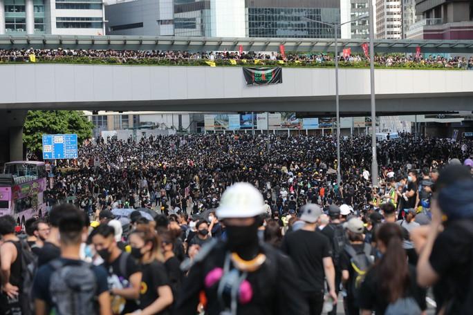 """Hồng Kông """"tê liệt"""" vì biểu tình lớn chưa từng thấy - Ảnh 2."""