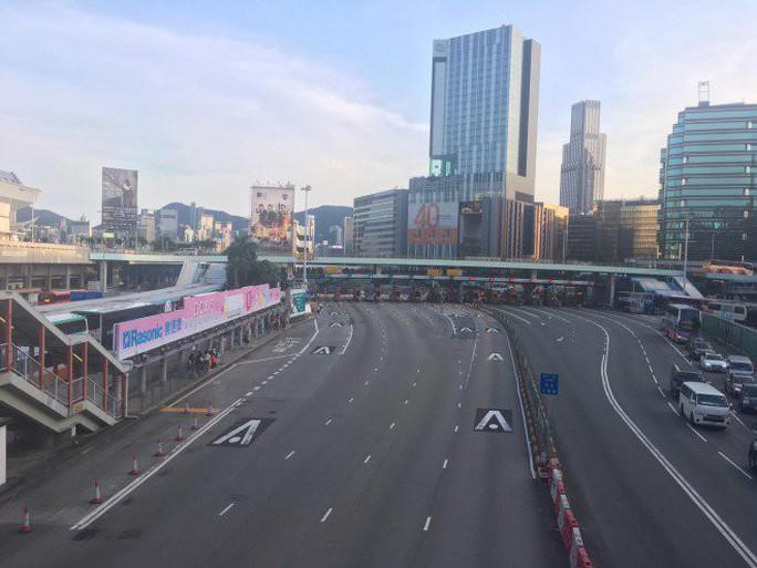 """Hồng Kông """"tê liệt"""" vì biểu tình lớn chưa từng thấy - Ảnh 6."""