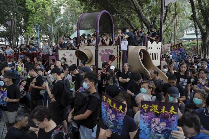 Hồng Kông: Cảnh sát và người biểu tình chơi mèo vờn chuột - Ảnh 1.