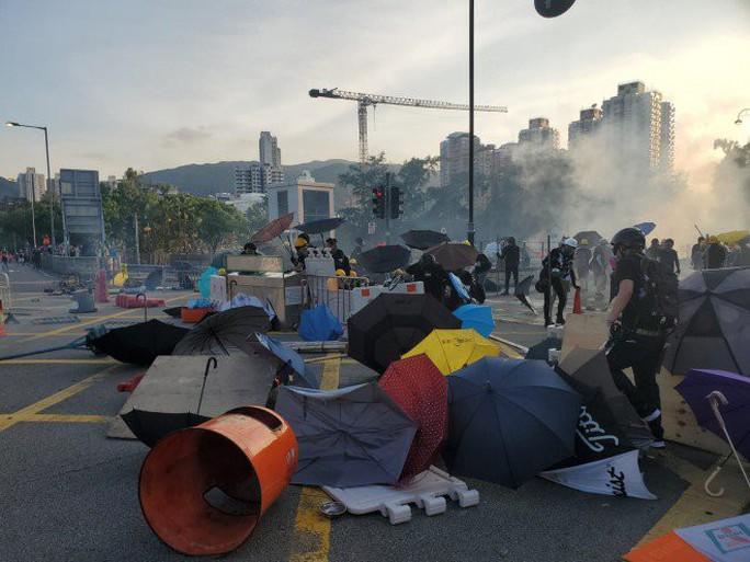 """Hồng Kông """"tê liệt"""" vì biểu tình lớn chưa từng thấy - Ảnh 4."""