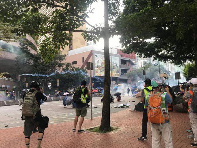 """Hồng Kông """"tê liệt"""" vì biểu tình lớn chưa từng thấy - Ảnh 3."""