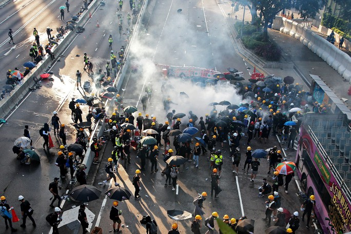 Hồng Kông bên bờ vực nguy hiểm - Ảnh 1.