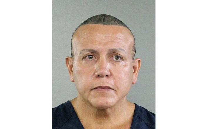 Thủ phạm gửi bom ám sát bà Hillary Clinton bị xét xử - Ảnh 1.