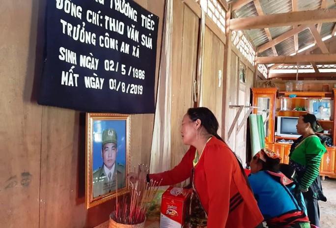 Bộ trưởng Bộ Công an gửi thư chia buồn với gia đình trưởng công an xã tử vong trong mưa lũ - Ảnh 2.