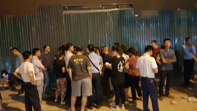 Xót xa cảnh phát hiện học sinh lớp 1 trường quốc tế ở Hà Nội cứng người trên ô tô - Ảnh 2.