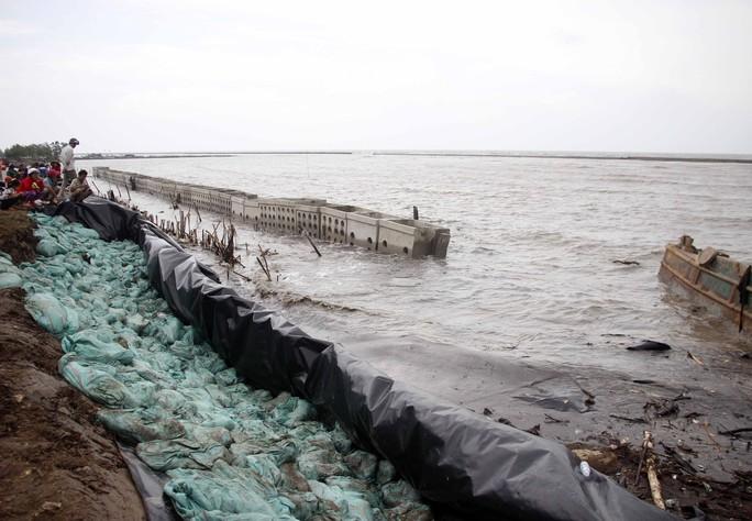 Miền biển Tây Cà Mau tan hoang sau mưa bão - Ảnh 1.