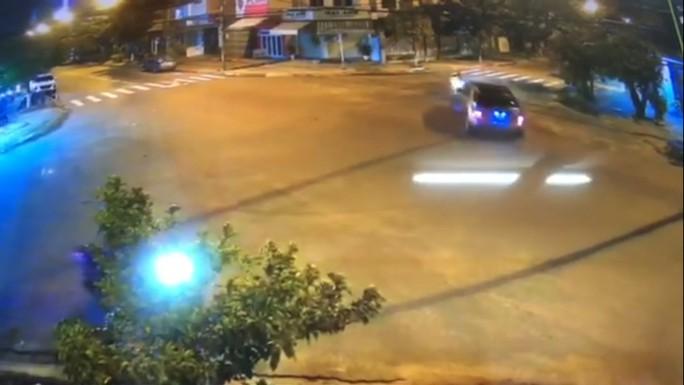 Xem clip tài xế xe Mercedes làm xiếc giữa phố, bị phạt hơn 41 triệu đồng - Ảnh 2.