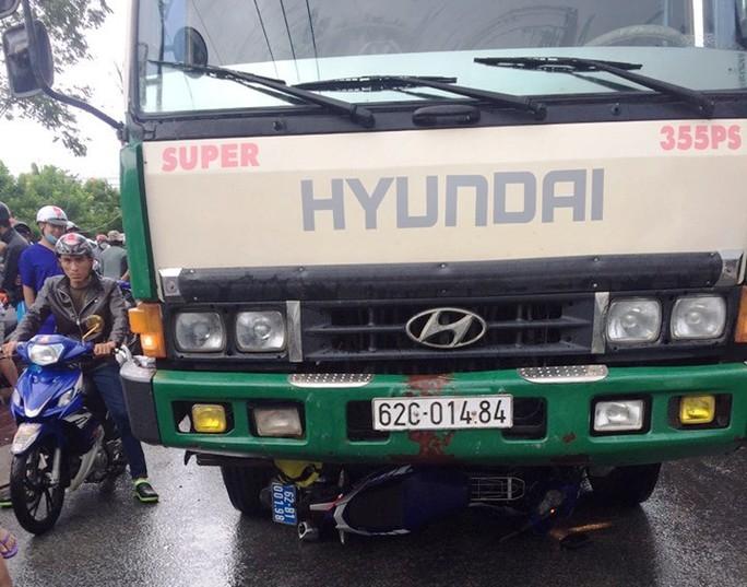 Ôtô chở hàng lậu tông xe QLTT, tài xế được đồng bọn giải cứu - Ảnh 1.