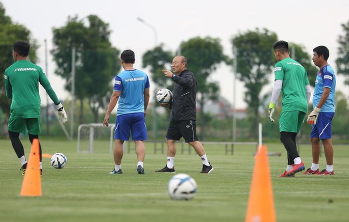 HLV Park Hang-seo tìm thêm thủ môn giỏi dự phòng cho Bùi Tiến Dũng - Ảnh 4.