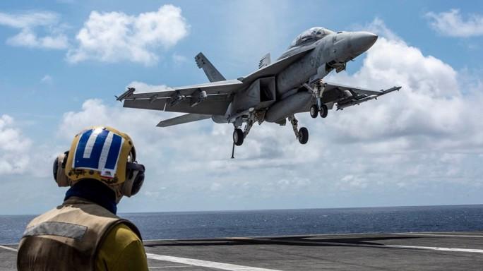Cận cảnh tàu sân bay và chiến đấu cơ Mỹ tuần tra ở biển Đông - Ảnh 2.