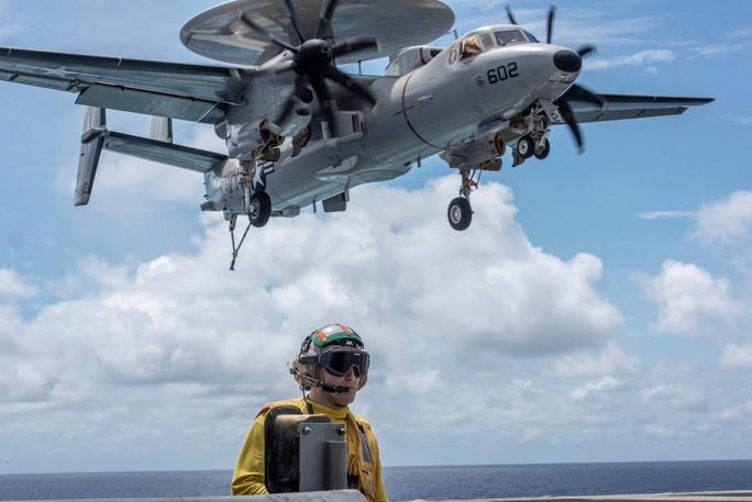 Cận cảnh tàu sân bay và chiến đấu cơ Mỹ tuần tra ở biển Đông - Ảnh 3.