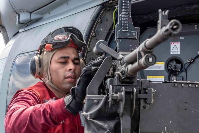 Cận cảnh tàu sân bay và chiến đấu cơ Mỹ tuần tra ở biển Đông - Ảnh 5.